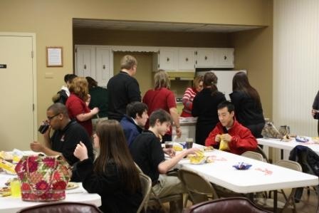 Leadership students lunch on pizza